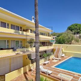 Apartamento T2 em Boliqueime, situado no centro da vila,tem uma sala com lareira, chão com piso radiante , terraços e piscina.