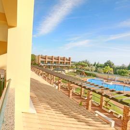 Los Olivos del Golf Excelente vista e muita privacidade tem um amplo terraço com vista para a piscina e amplo jardim